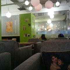 Photo taken at HOLLYS COFFEE by Yongho L. on 2/5/2013