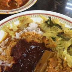 Photo taken at Restoran Kari Kepala Ikan Kampung Pandan by 朱丽亚 Hashim  on 11/7/2015