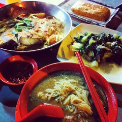 Photo taken at Seng Kee Black Herbal Chicken Soup 成基黑鸡补品 by SheRLeNe s. on 10/2/2012