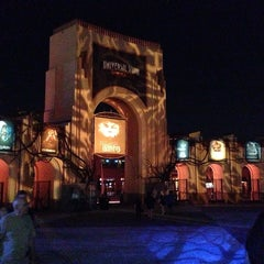 Photo taken at Universal's Halloween Horror Nights 23 by Fabrício C. on 10/17/2013