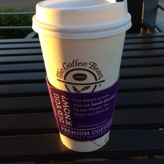 Photo taken at The Coffee Bean & Tea Leaf® by KEVIN P. on 10/30/2014