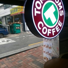 Photo taken at TOM N TOMS COFFEE by Simon H. on 8/5/2013