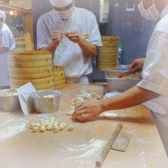 Photo taken at Din Tai Fung 鼎泰豐 by Sheryl O. on 5/10/2012
