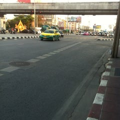 Photo taken at แยกศรีอุดม (Si Udom Intersection) by JiraJane on 3/19/2013