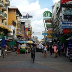 Photo taken at ถนนข้าวสาร (Khao San Road) by basak c. on 9/27/2013
