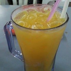 Photo taken at Amat Burger & Jus Buah Gelas Besar by Zaza A. on 10/4/2012