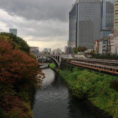 Photo taken at 御茶ノ水駅 (Ochanomizu Sta.) by takashi t. on 11/17/2012