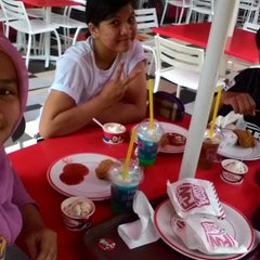 Photo taken at KFC by Tria K. on 12/7/2014