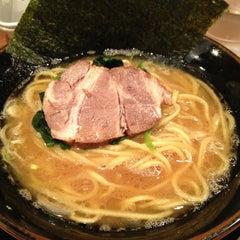 Photo taken at 濃厚豚骨醤油ラーメン 太龍軒 恵比寿本店 by かしこ on 10/12/2013