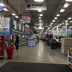 Photo taken at Lowe's Home Improvement by Eric A. on 8/22/2015