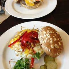 Photo taken at Kraze Burgers by Zwei e. on 9/10/2013