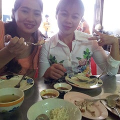 Photo taken at ข้าวมันไก่โบ้บ้วย by ณัฏฐนันท์ ค. on 12/4/2013