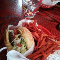 Photo taken at Red Robin Gourmet Burgers by Rosie P. on 3/2/2013