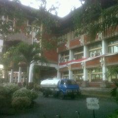 Photo taken at Rektorat Universitas Udayana by Dayu M. on 8/15/2014
