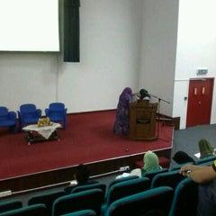 Photo taken at Auditorium Perpustakaan Sultanah Nur Zahirah, UMT by Princess NurIzzati K. on 10/30/2012