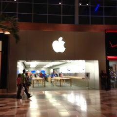 Photo taken at Apple Store, Brandon by Joe M. on 4/10/2013
