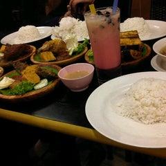 Photo taken at Restoran Ayam Penyet-AP by Nurasma F. on 3/29/2013