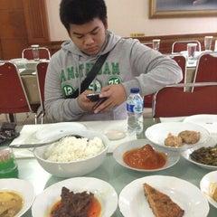 Photo taken at Sari Indah Restoran by Ryan J. on 8/22/2013