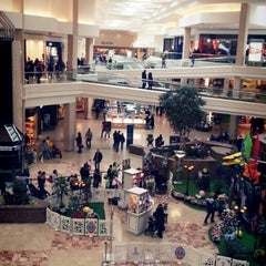 Foto tirada no(a) Woodfield Mall por MRCOOL .. em 3/24/2013