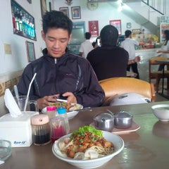 Photo taken at Mie Pangsit Gajah Mada by AGUSTINUS R. on 6/1/2014