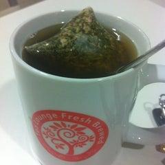 Photo taken at Tea Lounge Fresh Brewed by Taufu on 10/5/2012