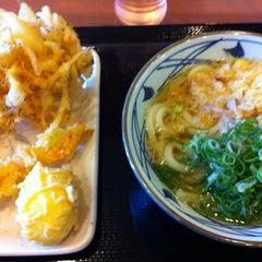 Photo taken at 丸亀製麺 熊本佐土原店 by okazaki y. on 7/8/2012