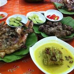 Photo taken at Ayam Tolak Pinggang Khas Bontonompo by rio k. on 3/27/2011