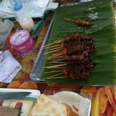 Photo taken at ร้าน. บังหมัด.ไก่ย่าง เนื้อย่าง by Sofia🍒 on 5/28/2012
