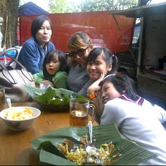 Photo taken at Bubur ayam Cilaki dan kopi yuu by Jill ( ˘)з(˘⌣˘) ♥. on 4/14/2012