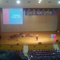 Photo taken at 연세대학교 대강당 (Yonsei University Main Auditorium) by Aezi J. on 9/15/2011