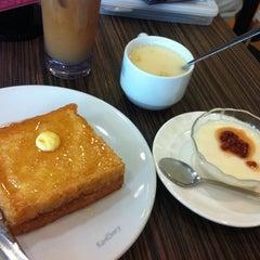 Photo taken at Hong Kong Kim Gary Restaurant 香港金加利茶餐厅 by Qys on 4/21/2011