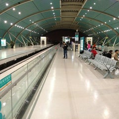Photo taken at 磁悬浮龙阳路站 Maglev Train Longyang Road Station by Yavuz B. on 3/29/2013