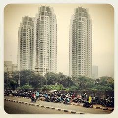 Photo taken at Halte TransJakarta Dukuh Atas 2 by Kisa D. on 3/27/2013