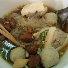Photo taken at ก๋วยเตี๋ยวยักษ์ใหญ่ (Yakyai Noodle) by Pimchanok on 7/27/2014