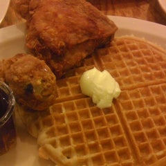Photo taken at Roscoe's House of Chicken and Waffles by Hector C. on 9/21/2012