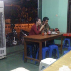 Photo taken at Bakmi Ayam Kampus by Uyyee W. on 9/26/2011