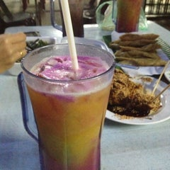 Photo taken at Amat Burger & Jus Buah Gelas Besar by johari on 10/10/2012