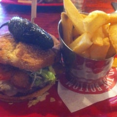 Photo taken at Red Robin Gourmet Burgers by Shahensha R. on 10/9/2013