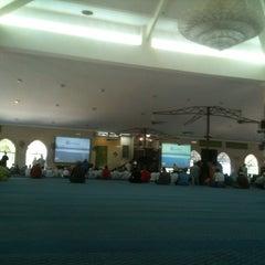 Photo taken at Masjid Al Rahimah Kuala Kubu Bharu by Izuan Shahime on 7/24/2015