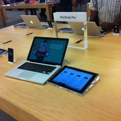 Photo taken at Apple Store, Dadeland by Victor De Andres on 9/15/2012