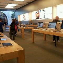 Photo taken at Apple Store, King Street by Alessandra Fernanda E. on 1/18/2013