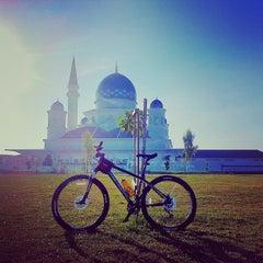 Photo taken at Masjid Abdullah Fahim by Hafiz Pesona on 4/28/2013