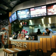 Photo taken at Fatburger by Joseph S. on 9/22/2015