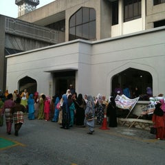 Photo taken at Masjid Saidina Abu Bakar As-Siddiq (مسجد سيدنا ابو بكر الصديق) by Javier M. on 2/27/2011