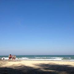 Photo taken at ชายหาดสวนสนประดิพัทธ์ (Suan Son Pradipat Beach) by N. S. on 12/29/2012