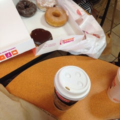 Photo taken at Dunkin' Donuts by Gülşah Maya on 10/2/2014