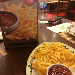 Photo taken at The Pizza Company (เดอะ พิซซ่า คอมปะนี) by Bow on 6/28/2014
