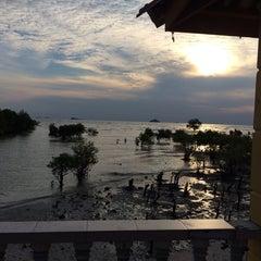 Photo taken at Pantai Jeram Restoran Ikan Bakar & Katering by Nadia Q. on 9/7/2014