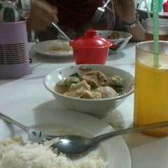 Photo taken at warung bakso & siomay wahyuningsari by Merinda P. on 11/19/2012