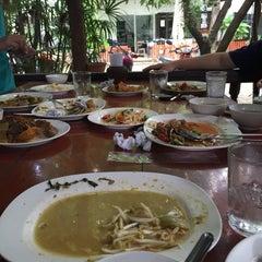 Photo taken at ขนมจีนบุฟเฟ่ต์บ้านไทรร่มเย็น by Mr.BACKZ on 9/8/2015